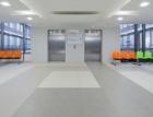 Dlažby RAKO se uplatnily v moderním obloukovém foyeru objektu NTIS