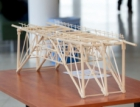 Vysokoškoláci v Ostravě soutěžili ve stavbě mostů ze špejlí