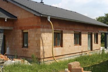 Obr. 1 a 2: Detail uložení stropní konstrukce – založení první řady paty stěny 2. NP je provedeno na výrazně větší tloušťku cementové malty (20–30 mm, λ = 1,00 W/m.K) na rozdíl od ložných spár s tenkovrstvou maltou (1 mm, λ = 0,25 W/m.K v případě tenkovrstvé malty HELUZ nanášené celoplošně)