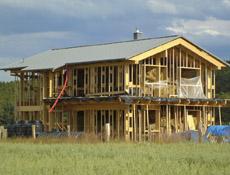 Slaměný dům s nosnou konstrukcí z lepeného lamelového dřeva