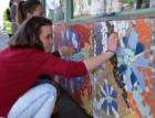Šedivou zastávku studenti oživili mozaikami z obkladů RAKO