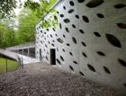 Vstupní budova areálu Punkevních jeskyní – stavba, kde skála mluví s betonem