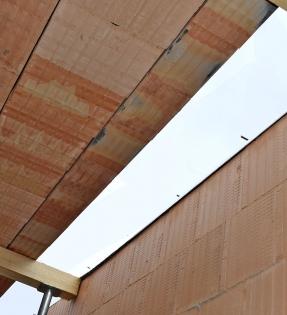 Obr. 4: Chybějící plocha stropu jako následek nedodržení osových vzdáleností trámů