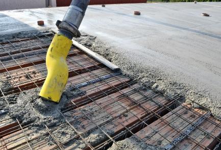 Obr. 7: Beton z pumpy je třeba ukládat mimo věnce nad obvodovou zdí
