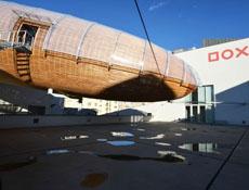 """Na střeše galerie DOX """"přistála"""" dřevěná vzducholoď Gulliver"""