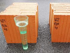 Cihly plněné minerální vatou a voda