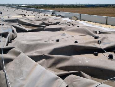 Havárie kotvené střechy v důsledku namáhání větrem