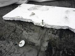 K havárii došlo zejména v důsledku použití zcela nevhodného kotvení pomocí běžných hmoždinek a vrutů