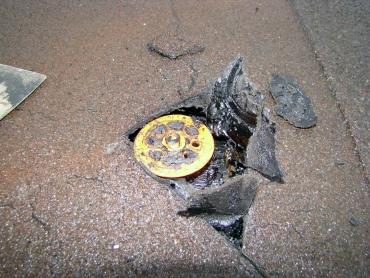 Nevhodné kotvení se uvolňuje, protrhává hydroizolační asfaltový pás. Na vině je použití fasádních hmoždinek, které nepatří na plochou střechu.