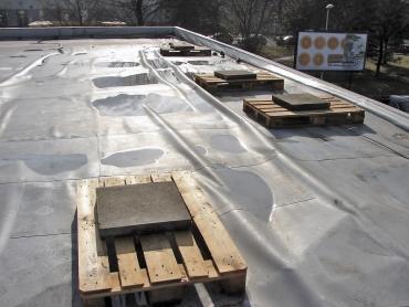 Havárii kotvené střechy zapříčiní nerespektování norem a montážních předpisů, pak již stačí jen impuls silného nárazového větru