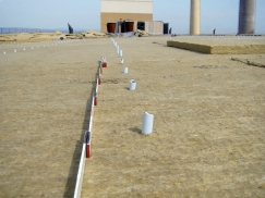 Nekvalitní plast teleskopů přispěl i k této havárii ploché střechy, po odlomení plastového teleskopu se stala střecha zcela nekotvenou s fatálními důsledky