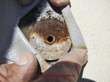 Použití nevhodných celokovových kotev, které se uvolňují a postrádají náležitou odolnost proti korozi
