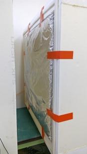 Obr. 4: Upevnění vzorku termoreflexní izolace v zařízení Hot Box