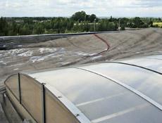 Poruchy kotvených střech – 2.část – Nesprávně provedené kotvení detailů – příčina havárií střech