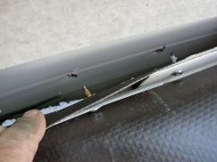 Obr. 9: Upevnění koutové lišty do tenkého plechu sendvičového panelu pomocí šroubů je vysoce rizikové a většinou časem selhává
