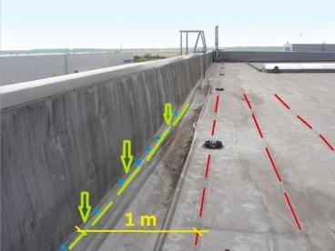 Obr. 18: Vyznačené správné kotvení v detailu atiky s přidanou první staticky účinnou linií kotev co nejblíže u paty atiky