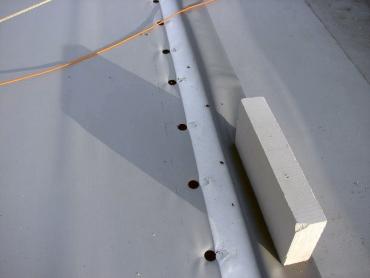 Obr. 20: Nesprávná poloha kotev vůči okraji upevňované fólie znamená významné oslabení odolnosti kotvené střechy vůči námaze větrem