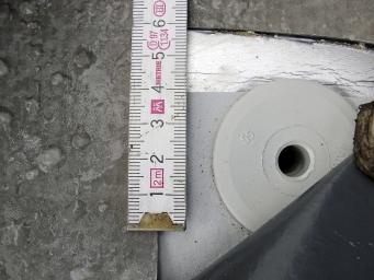 Obr. 22: Důsledky nesprávné geometrie kotev v přesahu střešní fólie – větrem utržená hydroizolace střechy