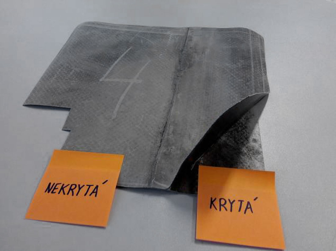 Obr. 1: Vzorky PVC hydroizolačního povlaku s označením kryté a nekryté části fólie