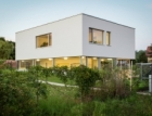 schuco-px 83643Dům kubických tvarů se zelenou střechou a prosklením Schüco