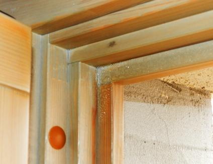 Obr. 2: Chybné zabudování okenního rámu. Zdegradovaná montážní pěna způsobuje ochlazování rámu, netěsnostmi křídla vniká teplý vzduch do I. těsnicí zóny a na ochlazované naléhávce funkční spáry dochází k tvorbě rosného bodu – kondenzátu.
