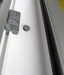 Obr. 3: Větší tepelnou dilatací plastových profilů dochází až k uvolňování a netěsnosti turbošroubu, což ovlivňuje deklarované vlastnosti okna