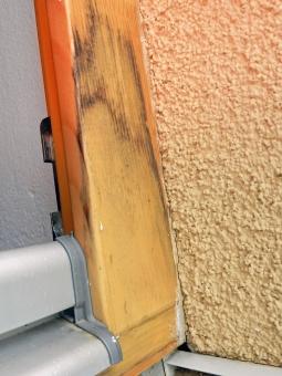 Obr. 6: Chybně zabudovaný okenní rám a koncovka vnějšího parapetu – hliníkový parapet tvoří tepelný most; jsou chybně osazeny koncovky parapetu; dochází ke zvyšování vlhkosti vlysů, separaci lazury a tvorbě plísně; při zabudování nebyly použity APU lišty.
