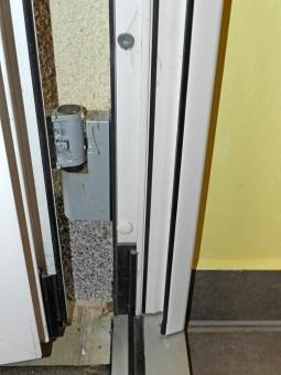 Obr. 8: Chybně zabudovaný rám dveří – vyosené závěsy vyvracely dveřní rám v ostění, proto je montážník zafixoval dalšími turbošrouby a následně došlo k prasknutí obou dolních rohových konstrukčních spojů křídla.