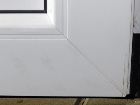 Obr. 9: Chybně zabudovaný dveřní rám a zafixované vyosené závěsy vedly k prasknutí rohových konstrukčních spojů plastového dveřního křídla.