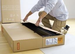 Rozbalení krabice. Krabice se střešním oknem se rozbaluje bez použití nářadí, aby nedošlo k poškození okna. Střešní okno se položí na zem do vodorovné polohy na zadní stranu a krabice se otevře dvěma prsty v místě připravené perforace.