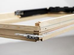Běžné nebo zapuštěné osazení. Červená ryska znázorňuje běžné osazení, modrá ryska zapuštěnou variantu. Při běžné montáži na červené úrovni je třeba umístit úhelníky na horní a spodní část rámu. Používá se přitom lemování pro standardní montáž. Při zapuštění okna hlouběji do střešní konstrukce se úhelníky umístí na boční stranu rámu. K montáži je třeba použít lemování pro zapuštěnou montáž.