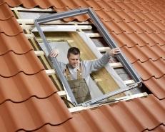 Tepelněizolační rám. Pro zajištění lepší vnější izolace okna je vhodné použít tepelněizolační soupravu. Obsahuje izolační rám pro lepší izolaci mezi okenním rámem a střechou, límec s plstěným podkladem a samostatný drenážní žlábek. Tepelněizolační rám se osadí (na podpůrné latě) do připraveného otvoru ve střešní konstrukci.