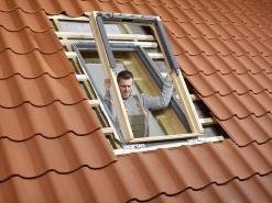 Rám okna. Na tepelněizolační rám se nasadí rám střešního okna bez okenního křídla. Spojovací a montážní úhelníky jsou už namontované v rámu.
