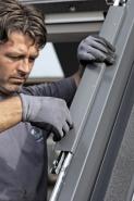 Zacvaknutí oplechování. Při následné montáži oplechování není třeba používat nářadí ani šrouby. Oplechování bočního rámu i hlavního rámu se pouze zacvakne. Spodní a boční kryty oplechování se nacházejí v krabici s lemováním.