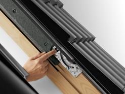 Složení oplechování. Je-li potřeba oplechování složit, stačí zmáčknout šedé tlačítko, které se nachází na spodní straně.