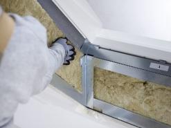 Tepelná izolace. Pro dosažení požadovaných tepelných vlastností a k přerušení tepelných mostů se mezi ocelové rámy vloží doplňková tepelná izolace.