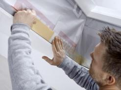 Parozábrana. Na zaizolované ostění se následně připevní parozábrana, která je parotěsná a zabraňuje kondenzaci. Nainstalované teleskopické profily poskytují pevný základ pro spojení parotěsné zábrany domu s parotěsným límcem.