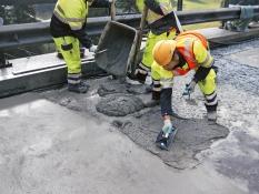 Reprofilace mostovky maltou PCI Repafast® Tixo, která rychlé vytvrzuje i za nepříznivých klimatických podmínek