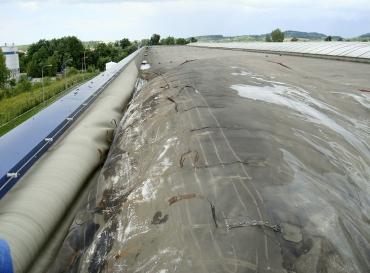 Obr. 1: Pod vzdutou hydroizolací se mohou volně přeskupovat ostatní střešní materiály