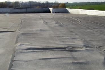 Obr. 5: Uvolněné desky polystyrenu a separační textilie deformují povrch střešní fólie