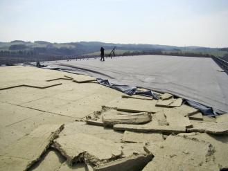 Obr. 6: Desky minerální tepelné izolace uvolněné při havárii střechy