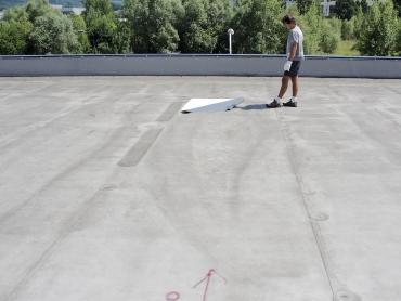 Obr. 7: Na povrchu střechy je patrné místo se shrnutou separační textilií