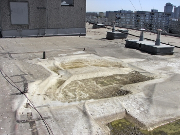 Obr. 11: Střecha panelového domu po havárii – s totálně přeskupenou střešní skladbou