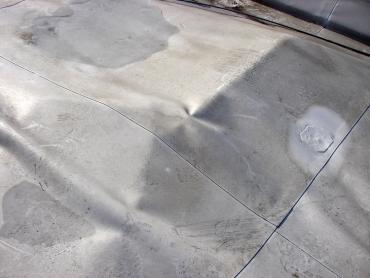 Obr. 12: Střecha panelového domu po havárii – s totálně přeskupenou střešní skladbou