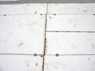 Obr. 14: Nesprávně a nefunkčně provedené upevnění tepelné izolace na styku hran a rohů desek, desky nejsou na vazbu, vyskytují se průběžné široké spáry