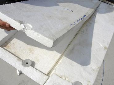 Obr. 16: Nesprávně a nefunkčně provedené upevnění tepelné izolace na styku hran a rohů desek, desky nejsou na vazbu, vyskytují se průběžné široké spáry