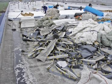 Obr. 23: Havárie střechy přináší i pozitivní efekty – výměnu materiálů za nové a dostatek práce pro izolatéry