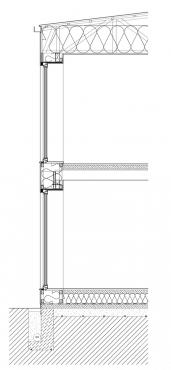 Obr. 5: Svislý řez domem v místě velkých jižně orientovaných oken ukazuje téměř dokonalé potlačení tepelných mostů v konstrukci. Celých 90 % střešní konstrukce včetně instalace okapů, tepelné izolace i krycího trapézového plechu lze provádět postupnými kroky z jednoduchého lešení postaveného v 2. NP. Je myšleno i na úsporu betonu v základových pasech současně s vytvořením prostoru pro kanalizaci dešťové vody a drenáže kolem stavby. Znázorněno je i uložení zemního výměníku v základových pasech a pod základovou deskou.