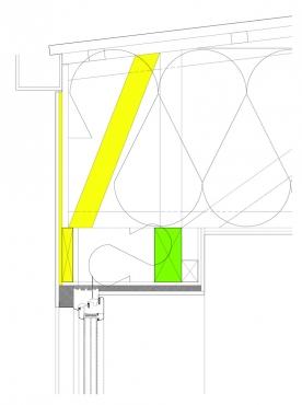 """Obr. 6: Detail z obr. 5, konstrukce """"překladu"""" nad oknem pod střechou vytvořeného spolupůsobením žlutě označených prvků. Spojením fošny a OSB desky na vnějším opláštění se vytvoří velmi tuhý prvek, který přes dodatečnou příčli střešního vazníku odlehčí střešní věnec (označen zeleně). Všechny namáhané spoje jsou řešeny lepením PUR lepidlem a prohřebíkováním konvexními hřebíky, v případě potřeby i pomocí svorníků ze závitových tyčí."""