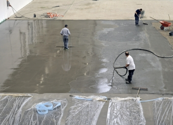 Obr. 2: Tekutý jednosložkový cementem vázaný podlahový povlak MC-Floor Screed 10 pro rychlé sanace průmyslových podlah